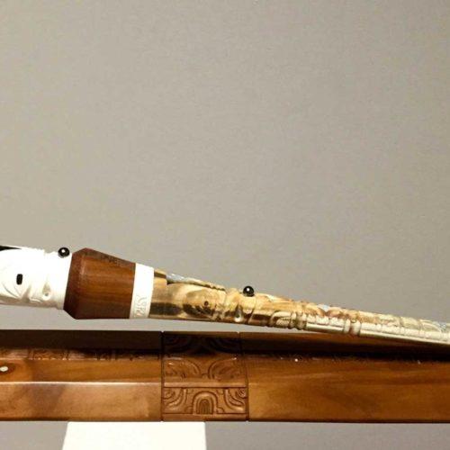 Lance en rostre d'espadon, bois et os de boeuf sculptés et ornée d'une Perle de Tahiti sur un socle en os de boeuf et bois.